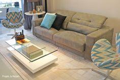 O tecido em zig-zag das poltronas Swan dão cor e movimento a esta sala de estar. #projetojunejaim #saladeestar