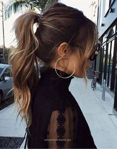 30 Eye-Catching Curly Ponytail Hairstyles You Should Try - Frisuren High Ponytail Hairstyles, Spring Hairstyles, Ponytail Ideas, Bangs Ponytail, Ponytail With Curls, Hair Bangs, Messy High Ponytails, Messy Bangs, Long Hair