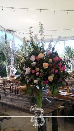 Hermoso arreglo de flores para los centros de mesa para tu invitados.