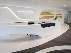 In the reception area, the curved facade contours are translated into the interior space.