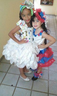 Arianna y Reyna llevando vestidos hechos con materiales reciclados.