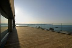 Díaz y Díaz. Family house in Perbes. A Coruña. Outside terrace.  Porch. Wood. Glass railing. Seaside. View. Design. Architecture https://www.diazydiazarquitectos.com/proyectos/vivienda-unifamiliar-perbes-mino-coruna-galicia/