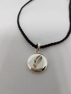 Pendentif en argent 925, avec un collier en cordelette. Jewelry, Fashion, Pendant, Boucle D'oreille, Necklaces, Locs, Bead, Bijoux, Moda