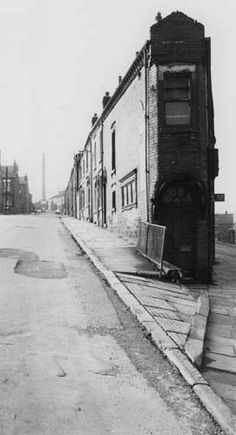 Grosvenor Hill, from junction with Servia Road, Leeds. Leeds City, London History, Industrial Architecture, Photo B, West Yorkshire, Abandoned Buildings, Historical Photos, Where To Go, Black And White Photography