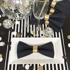 Having a dinner party for #NYE? This #tabledecor is tuxedo-themed and perfect for when the ball drops at 12