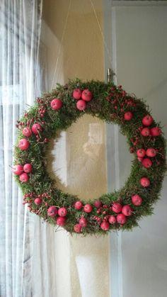 Mos krans van appeltjes en rozebotteltjes