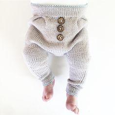 De søteste tåfisene og den tøffeste buksen  Elsker komboen  #baggyvårbukse #ministrikk #knit #instaknit #babyknit #strikke #strikkemamma #babystrikk