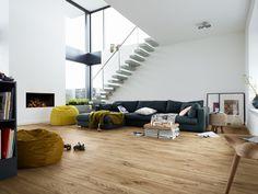 Lieblich Eine Offene Galerie Mit Einer Freischwingenden Treppe Bringt Eine Helle  Atmosphäre Ins Wohnzimmer. Vor Dem Modernen Kamin Kann Auf Sitzsäcken  Entspannt U2026