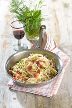 Spaghetti with Ham Saute  Ingredients for 4 people  350 g of spaghetti 200g of red onions (2 onions) 100g Iberian Ham Half bundle of garlic (garlic sprouts) Guindilla (optional) 25ml of wine 50ml broth Sweet basil leaves Extra virgin oil Salt and pepper