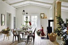 Christmas Swedish Farmhouse - excellent interior inspiration for uncluttered living. Scandinavian Holidays, Swedish Christmas, Scandinavian Interior, Christmas Home, Scandinavian Style, Minimal Christmas, Christmas Interiors, Simple Christmas, White Christmas