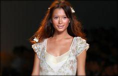 Sretsis, A Happy Accident : ELLE Fashion Week 2005 Re-Master for Thai Fashion ชมภาพทั้งหมดได้ที่ ThaiCatwalk : http://thaicatwalk.com/?p=1816None