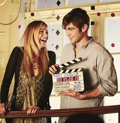 Blake Lively (Serena) and Chace Crawford (Nate) behind the scenes of Gossip Girl. Nate Gossip Girl, Gossip Girl Cast, Gossip Girl Scenes, Gossip Girls, Kristen Bell, Blake Lively, Serena And Nate, Nate Archibald, Kelly Rutherford