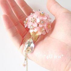 【4u_iris】さんのInstagramをピンしています。 《私の住んでいる静岡県では、日本一早咲きと言われている熱海市にある糸川遊歩道の『あたみ桜』が既にキレイに咲いているそうです ・ 桜がもう咲いていると聞くと、桜のアクセサリーを作りながらウズウズして嬉しくなります ・ ・ #桜 #cherryblossom #さくら #花 #ハンドメイド #アクセサリー #スワロフスキー #プラバン #プラ板 #ヘアアクセサリー #minne》
