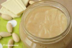 La ricetta della crema alle mandorle fatta in casa, da spalmare sul pane o per farcire dolci e crostate.