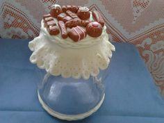 Pote de vidro com tampa decorada em biscuit para doce.Feito a mão e sob encomenda.