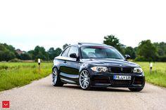 BMW 1 Series Купе на дисках Vossen CVT  Предыдущее поколение BMW первой серии добавило определённой роскоши в авто вроде бы начального уровня. К неоспоримой мощи BMW были добавлены классные внешние линии и шикарный интерьер. Помимо этого, автомобили первой серии были оснащ�