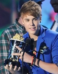 Justin Bieber accepted his victory wearing bracelets. #JustinBieber