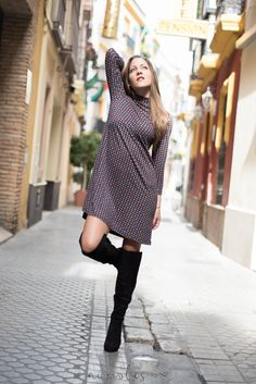 "Vuelven los 60´s - Temporada: Otoño-Invierno - Tags: Fashion blogger, Moda, Look, Tendencias, Retro, Botas over the knee, - Descripción: Look retro con vestido estampado de cuello perkins y botas ""over the knee"""
