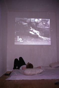 tirarse tirado humano pantalla recostarse dormir piso proyectar