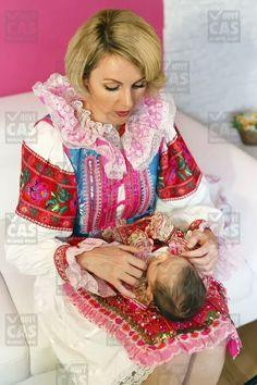 Monika Kľučiarová a jej krojované živé bábiky