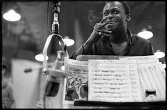 Miles Davis at the Street Studios in New York in July 1958 during the recording of Porgy and Bess. Davis's monumental collaboration with Gil Evans transformed the George Gershwin opera into a cool jazz masterpiece. Pic by Don Hunstein Miles Davis, Louis Armstrong, Man Of Mystery, Morrison Hotel, Cool Jazz, Photo D Art, Columbia Records, Jazz Musicians, Jazz Artists