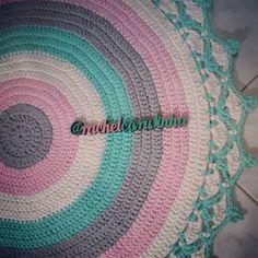 Mais um lindo, prontinho pra ir pra casa nova dele!! #RachelCorujinha #feitoamao #handmade #crochê #crochet  #fiodemalha #fioecologico #fioreciclado #trapilho #trapillo #euquefiz #ideias #totora #crochetlove #decor #decoracao #crochetaddict #alfombra #crochetart #decora #crochetlife #lovecrochet #tapete #tapetedecroche #tapeteredondo #tapetedefiodemalha