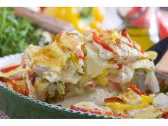 Pokrój ziemniaki, czosnek i kurczaka w plastry, papryki w paski. Wymieszaj Fix Knorr z wodą i śmi...