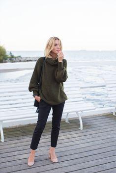 sweater / sweter - Tallinder trousers / spodnie - Zara (bardzo podobne tutaj) leather bag / skórzana torebka - Tallinder watch / zegarek - Daniel Wellington shoes / buty - Mango Mój strój zatrzymał się gdzieś pomiędzy latem a jesienią. Ciepły sweter wkładam póki co tylko wieczorami (w tym sezonie wybrałam ten w kolorze ciemnej zieleni) za to nie rozstaję się ze skórzaną torebką i butami na niskim szerokim obcasie. Oryginalne wzory nie są potrzebne, jeśli w naszym stroju można dostrzec…
