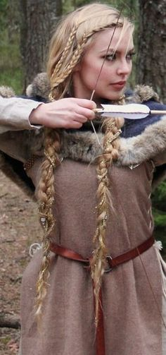 Viking Braids: Beautiful Hairstyle of The Viking Queen. Would love to see my hair like this. Viking Queen, Viking Woman, Viking Art, Vikings Hair, Renaissance Hairstyles, Viking Hairstyles Female, Viking Braids, Viking Costume, Viking Cosplay