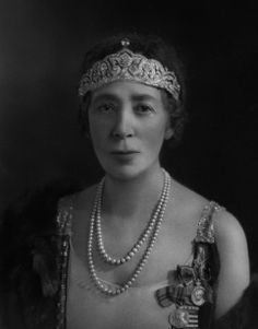 Natica, Lady Lister-Kaye, wearing an Antique Tiara, United Kingdom (diamonds). © National Portrait Gallery, London.