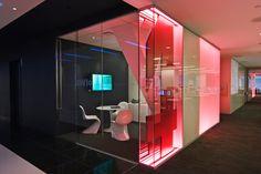 Design gráfico ambiental para sede da companhia financeira Bloomberg em Nova York, com projeto do escritório Pentagram. Mais informações