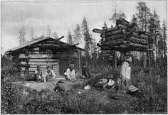 SAUNA OCH LAVA RYSKA KARELEN. (Efter fotografi af Harry Hintze. — Autotypi af F. Tilgman, Helsingfors)  Промысловая избушка, с печью по чёрному. 1893 г.