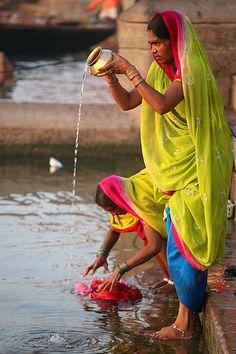 Ochtendritueel bij de heilige Ganges in Varanasi. Schoonmoeder en schoondochter dragen in India vaak dezelfde kleuren. Kijk voor meer reisinspiratie op www.nativetravel.nl