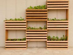 tutoriel pour fabriquer une jardiniere en palette soi meme, structure asymétrique, des bacs à fleur en lattes de bois, assemblées, plantes vertes