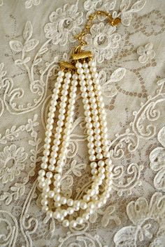 Lovely Vintage Pearl Choker Necklace - by Cris Figueired♥ Pearl Choker Necklace, Pearl Jewelry, Indian Jewelry, Jewelry Box, Jewelry Accessories, Fashion Accessories, Jewellery, Vintage Pearls, Vintage Necklaces