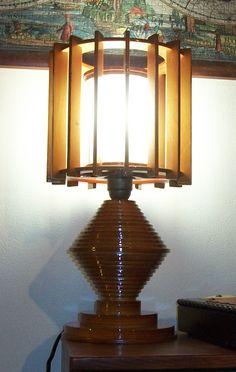 Lampada realizzata in compensato di vari spessori ed un flacone d'antigelo.