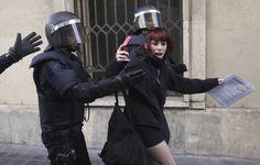 ALBERTO SAIZ (AP) - La policía detiene a una joven durante las protestas de los estudiantes de Valencia.