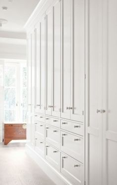 Plenty of storage space in cabinets, drawers and trolleys, finished with Broby doors hand-painted soft white on ash. French knobs in white porcelain and a prominent classic plinth underpin the traditional style and the ambience in the delightful dressing