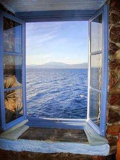 Hoje é outro dia Quando abro cada manhã a janela do meu quarto É como se abrisse o mesmo livro Numa página nova…   __ Mario Quintana