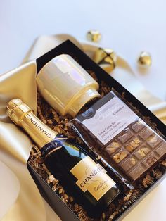 Champagne and Chocolate topped off with a gorgeous candle. The perfect bridesmaid proposal, welcome gift or corporate gift. Diy Christmas Gifts For Parents, Diy Birthday Gifts For Friends, Corporate Christmas Gifts, Birthday Gifts For Boyfriend Diy, Christmas Gift Baskets, Holiday Gifts, Corporate Gift Baskets, Corporate Gifts, Wine Gift Boxes