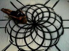 A artista que pinta telas fantásticas usando o movimento do próprio corpo