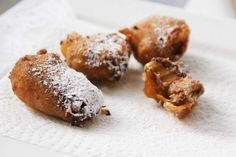 Deep friend mini Mars bars: Carnival food at home! Deep Fried Snickers, Just Desserts, Delicious Desserts, Yummy Food, Deep Fried Mars Bars, Carnival Food, Carnival Birthday, Mardi Gras Food, Creole Recipes