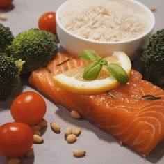 Salmon time; combined with some rice and topped with vegetables of the season. One of my favorites I think. Do you eat fish? What is your favorite type of fish? Any recommendations on delicious recipes? Would love to hear them.