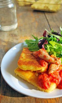 Polenta crujinete por fuera, suave por dentro con una espectacular salsa de jitomate y setas