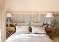 cama-dormitorio-con-mesitas-de-noche-de-madera-y-zocalo-de-madera-alto-a-modo-cabecero 466644 O House By The Sea, Sweet Home, New Homes, Diy, Patio, Bedroom, House Styles, Furniture, Design