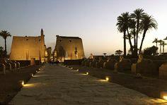 Pasarela en el Templo de Luxor cerca de El Cairo, Egipto