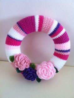 Tina's handicraft : various ideas welcome wreaths Crochet Wreath, Crochet Flowers, Crochet Home, Knit Crochet, Welcome Wreath, Diy Wreath, Door Wreaths, Summer Wreath, Beautiful Crochet