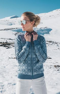 Hit the slopes in style with Frida women's jacket. Shop your ski look now at daleofnorway.com!