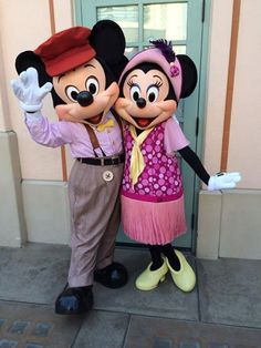 Mickey & Minnie Mouse on Buena Vista Street at DCA posing for a photo Disney Now, Cute Disney, Disney Mickey Mouse, Disney Parks, Disney Theme, Disney Stuff, Mickey And Minnie Costumes, Mickey And Minnie Love, Mickey And Friends