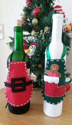 Garrafa decorada com roupinha em feltro para a decoração de Natal by Ateliê Silvana.
